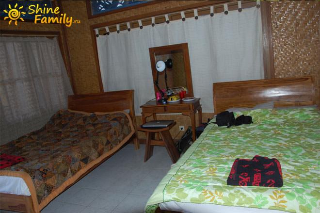 В номере 2 кровати и небольшой столик с зеркалом