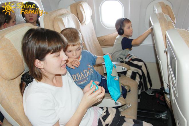 в самолете детям было чем заняться