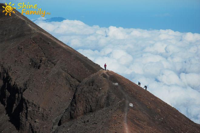 вдоль кратера вулкана
