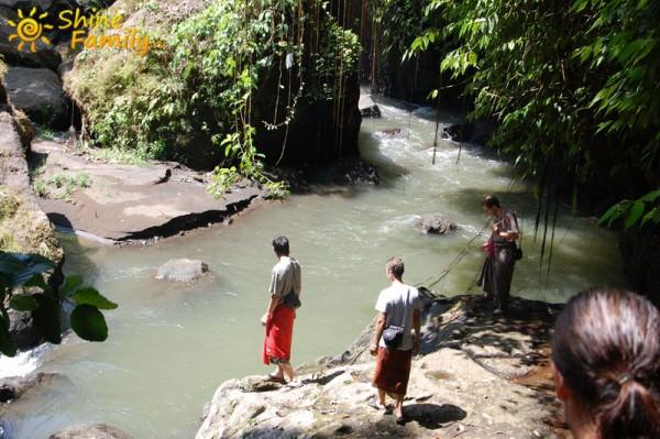 Посмотрев окресности храма, мы пошли дальше вглубь джунглей. Балиец на входе сказал, что это другой путь и за него нужно платить отдельную плату
