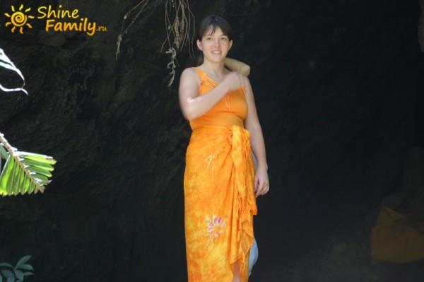 Еще одна местная небольшая пещера. Ирина в оранжевом получилась очень здорово на темном фоне этой пещеры.