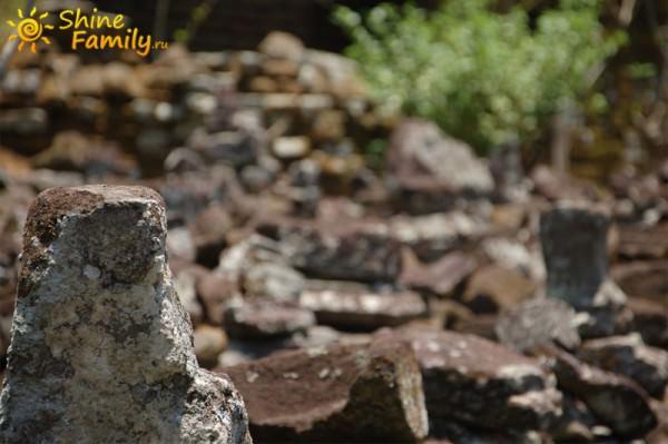 разрушенные камни говорят о древности Пещеры Слона