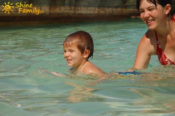 Мишка почти научился плавать