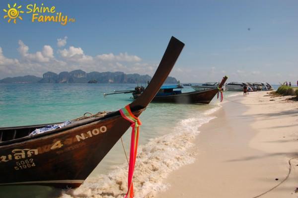 Вдалеке за носом лодки виден сам Ао Нанг