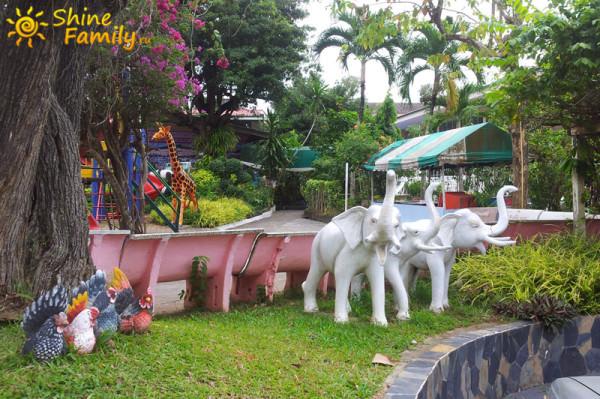 везде красивые статуи. Слоны с поднятым хоботом - к счастью