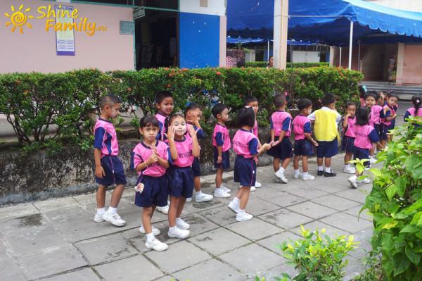 Дети собираются на утреннюю пробежку