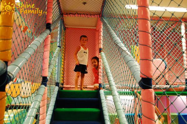 Дети резвяться в игровой комнате