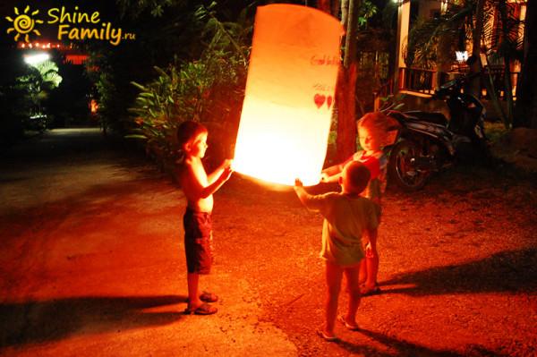 Дети запускают небесные фонарики